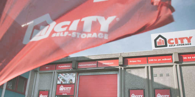 Fasad City Self-Storage med flagga